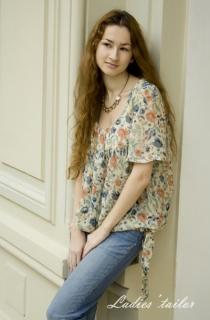 Шифоновая блуза с цветочным принтом.