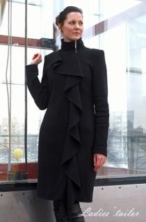 Пальто из шерсти с декоративным воланом.