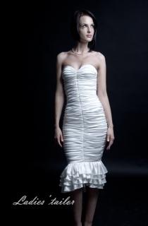 Платье вечернее с открытыми плечами.