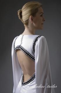 Свадебное платье с открытой спиной и длинным рукавом.