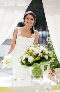 Короткое свадебное платье футляр с кружевом.