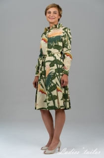 Платье с юбкой в складках.